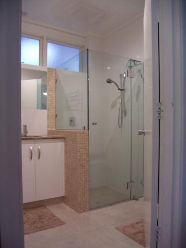 10mm-Frameless-on-tiled-wall