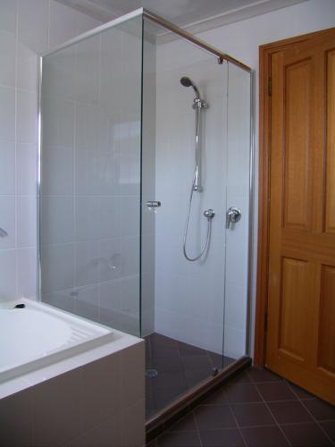 Semi-Frameless-on-bath-(2)